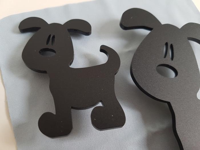 två svarta hundar1